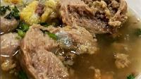Saatnya Anda menikmati lezatnya semangkuk bakso daging wagyu cincang yang menggugah selera.