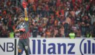 Kiper Persija Jakarta, Andritany Ardhiyasa, melakukan selebrasi saat melawan Ceres-Negros pada laga Piala AFC di SUGBK, Jakarta, Selasa (23/4). Persija takluk 2-3 dari Ceres-Negros. (Bola.com/Peksi Cahyo)