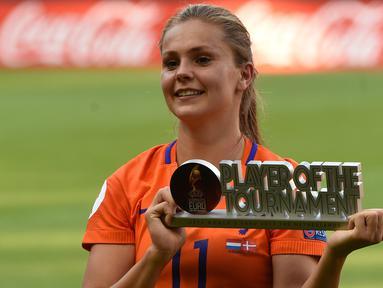 Gelandang Belanda Lieke Martens tersenyum saat menunjukkan trofi pemain terbaik usai final UEFA Women's Euro 2017 antara Belanda dan Denmark di Stadion Fc Twente di Enschede (7/8). Belanda menang dengan skor 4-2 atas Denmark. (AFP Photo/John Thys)