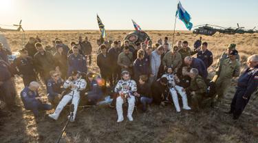 Tiga astronaut Stasiun Luar Angkasa Internasional (ISS) Jeff Williams dari AS, Alexey Ovchinin dan Oleg Skripochka dari Rusia beristirahat usai berhasil mendarat dengan selamat di dekat Kota Zhezkazgan, Kazakhstan, (7/9). (Bill Ingalls/NASA/Reuters)