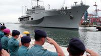 Personel TNI AL menyambut kedatangan kapal komando Amerika Serikat USS Blue Ridge (LCC-19) di dermaga JICT 2, Pelabuhan Tanjung Priok, Jakarta, Rabu (1/5/2019). Kunjungan kapal komando Armada ke-7 AS itu dalam rangka peringatan ke-70 tahun hubungan diplomatik Indonesia dan AS. (AP/Dita Alangkara)