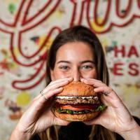 Kini sahabat Fimela bisa menikmati sajian burger favorit asal Australia di Bali.