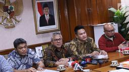 Ketua KPU Pusat, Arief Budiman (kedua kiri) memberi keterangan usai menggelar pertemuan dengan sejumlah pakar hukum di Gedung KPU Pusat, Jakarta, Rabu (14/11). Pertemuan membahas pelaksanaan putusan MA No 65P/HUM/2018. (Liputan6.com/Helmi Fithriansyah)
