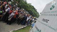 Ratusan nasabah Pandawa Group memenuhi halaman Pengadilan Negeri Jakarta Pusat, Rabu (24/5). Kedatangan para kreditur yang terjebak investasi bodong itu guna menindaklanjui proses Penundaan Kewajiban Pembayaran Utang (PKPU). (Liputan6.com/Helmi Afandi)
