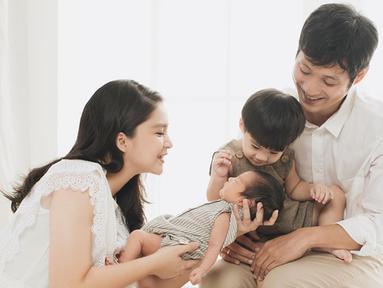 Kehadiran Mykah Iago Liem lahir ke dunia ini melengkapi keharmonisan rumah tangga Tian dan Junior Liem. Pasangan muda ini pun membuat photoshoot untuk mengabadikan momen manis ini. (Liputan6.com/IG/putrititian)