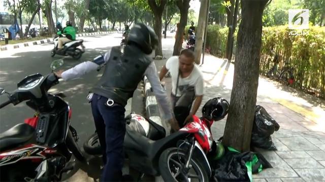 akibat menghindari razia dari petugas Dishub, seorang pengendara ojek online jatuh dari motor.