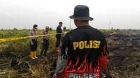 Polisi segel lahan yang diduga sengaja dibakar. (M Syukur/Liputan6.com)