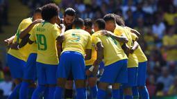 Para pemain Brasil bersiap menghadapi Kroasia pada laga persahabatan di Stadion Anfield, Liverpool, Minggu (3/6/2018). Brasil menang 2-0 atas Kroasia. (AFP/Oli Scarff)