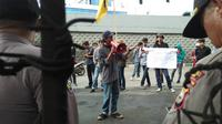 Mahasiswa Makassar berunjuk rasa di depan Kantor Kejati Sulsel menuntut penuntasan seluruh kasus korupsi diantaranya kasus yang jerat mantan Ketua PWI Sulsel dan Soedirjo Aliman alias Jentang dalam kasus korupsi Buloa Makassar (Liputan6.com/ Eka Hakim)