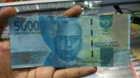 Uang baru palsu itu dalam pecahan Rp 50 ribu. Cek perbedaannya. (Liputan6.com/Fajar Eko Nugroho)