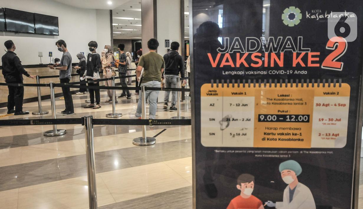 Warga saat mengikuti vaksinasi Covid-19 dosis kedua di Mal Kota Kasablanka, Jakarta, Senin (2/8/2021). Wakil Gubernur Ahmad Riza Patria mengungkapkan Pemprov DKI akan mempercepat pemberian vaksin dosis kedua sebagai upaya mempercepat kekebalan komunal (herd immunity). (merdeka.com/Iqbal S Nugroho)