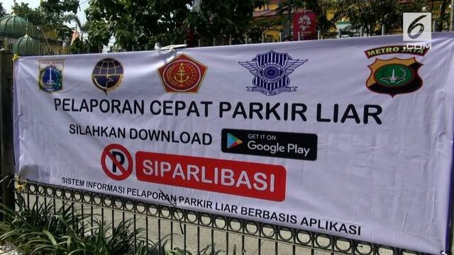 Dishub Jakarta Timur merazia kendaraan yang parkir disembarang tempat. Tindakan petugas ini berdasarkan aduan dari warga lewat aplikasi online