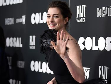 20170328-Anne Hathaway Pakai Gaun Ramah Lingkungan-AP