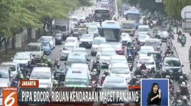 Antrean panjang kendaraan dari arah Kampung Melayu tersendat akibat proyek perbaikan pipa air baku Perum Jasa Tirta Dua yang bocor di median jalan.