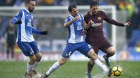 Aksi Lionel Messi (kanan) melewati dua pemain Espanyol pada lanjutan La Liga santander di RCDE stadium, Cornella Llobregat, Spanyol, (4/2/2018). Espanyol dan Barcelona bermain imbang 1-1. (AP/Manu Fernandez)