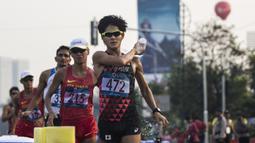 Pejalan cepat Jepang, Satoshi Maruo, saat menyelesaikan lomba nomor jalan cepat 50 kilometer cabang atletik Asian Games XVIII di Senayan, Jakarta, Kamis (29/8/2018). Dirinya finish posisi keempat. (Bola.com/Vitalis Yogi Trisna)