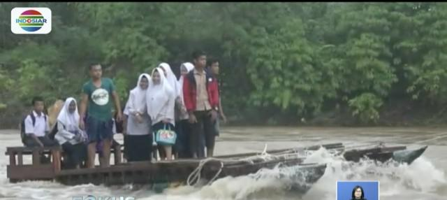 Ratusan pelajar Pasaman Barat, Sumatera Barat, harus naiki perahu rakit untuk berangkat sekolah lantaran jembatan penghubung desa rusak akibat banjir bandang.