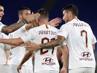 Gelandang AS Roma, Jordan Veretout bersama rekan setimnya merayakan gol ke gawang Parma dalam laga Serie A 2019-20 giornata 31 di Stadion Olimpico, Kamis (9/7/2020) dini hari WIB. AS Roma sukses mengalahkan Parma dengan skor tipis 2-1. (AP Photo/Alessandra Tarantino)