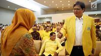 Ketua Umum DPP Partai Golkar Airlangga Hartarto (kanan) saat mengahadiri penyerahan calon Kepala Daerah di Kantor DPP Partai Golkar, Jakarta, Jumat (5/1). (Liputan6.com/JohanTallo)