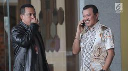 Pengacara dan juga Politisi Partai Golkar Rudi Alfonso saat menerima telepon di dalam Gedung KPK, Jakarta, Jumat (21/6/2019). Rudi Alfonso diperiksa sebagai saksi untuk tersangka Markus Nari terkait kasus korupsi pengadaan e-KTP berbasis NIK Secara Nasional. (merdeka.com/Dwi Narwoko)