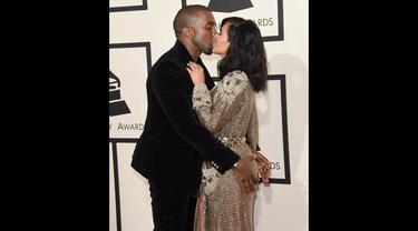 Kim Kardashian dan Kanye West terlihat sangat mesra saat tampil di red carpet Grammy Awards 2015 di Staples Center, Los Angeles, AS, Minggu (8/2). (Jason Merritt/Getty Images/AFP)