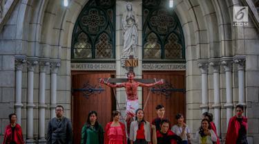 Umat Katolik memerankan drama penyaliban Yesus (tablo) saat ibadah Jumat Agung di Gereja Katedral, Jakarta, Jumat (17/4). Kegiatan tesebut merupakan rangkaian dari pekan suci perayaan Paskah 2019 Paroki Katedral Jakarta yang mengambil tema 'Kita Berhikmat, Bangsa Bermartabat'. (Liputan6.com/Faizal F