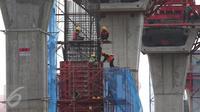 Pekerja menyelesaikan pembangunan tiang pemancang jalan layang Transjakarta koridor XII rute Ciledug-Kapten Tendean, Jakarta, Kamis (10/12). Sampai saat ini, proyek transportasi massal tersebut telah rampung sekitar 35 persen. (Liputan6.com/Angga Yuniar)