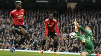 Gelandang Manchester United, Paul Pogba, mencetak gol ke gawang Manchester City pada laga Premier League di Stadion Etihad, Sabtu (7/4/2018). Manchester City takluk 2-3 dari Manchester United. (AP Photo/Matt Dunham)