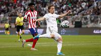 Gelandang Real Madrid, Luka Modric melepaskan tembakan ke gawang Atletico Madrid pada final Piala Super Spanyol. (Dok. Real Madrid)