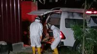 Tim medis gugus tugas penanganan Covid-19 Mamuju saat menjempt IM (40) sales yang ditemukan lemas di indekosnya (Liputan6.com/Abdul Rajab Umar)