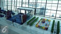 Pekerja memeriksa Terminal 3 Ultimate, Bandara Soekarno Hatta, Tangerang, Rabu (13/7). Jelang pengoperasian, Angkasa Pura II terus membenahi kekurangan segala keperluannya. (Liputan6.com/Helmi Afandi)