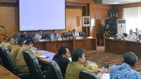 Gubernur Jawa Barat bersama Direktur Utama PT Kereta Api Indonesia (KAI), Edi Sukmoro menggelar rapat rencana jalur kereta api Tegalluar, Cimekar, Laswi hingga Stasiun Bandung. (Liputan6.com/Huyogo Simbolon)