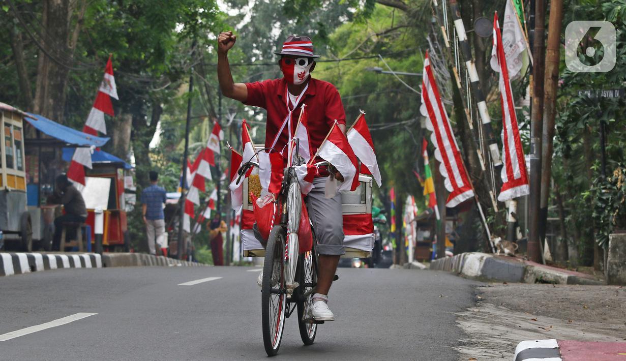 Pedagang jagung manis, Tarjono saat berjualan di kawasan Cilandak, Jakarta, Kamis (13/8/2020). Tarjono memodifikasi sepeda yang dipakainya untuk berjualan dengan atribut kemerdekaan dalam rangka memperingati HUT ke-75 RI, serta mengajak warga memasang bendera di rumah. (Liputan6.com/Herman Zakharia)