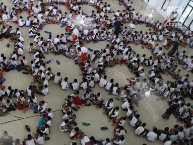 Santri membentuk kelompok saat malakukan tadarus Alquran berjamaah di Pesantren Tarbiyah Islamiyah Ar-Raudlatul Hasanah, Medan, Sumatera Utara (21/5). Kegiatan ini rutin dilakukan saat bulan suci Ramadan. (Liputan6.com/Reza Perdana)