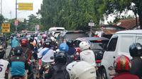 Ilustrasi – kemacetan di pintu perlintasan kereta api Kota Purwokerto sebelum Underpass dibangun. (Foto: Liputan6.com/Muhamad Ridlo)