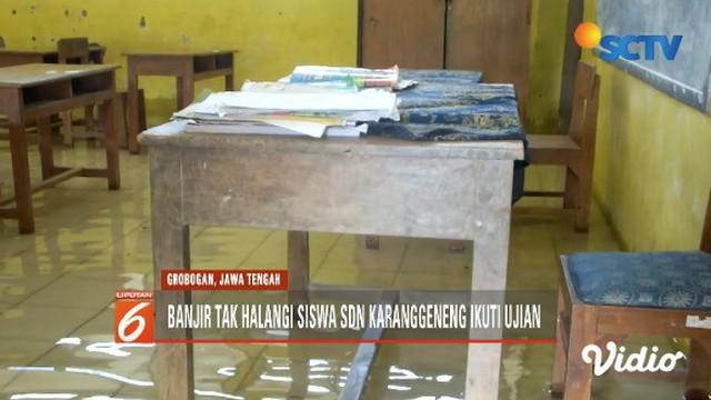 Ironis, siswa SDN 1 Karanggeneng Grobogan, Jawa Tengah, laksanakan ujian sekolah di tengah banjir, bertepatan dengan momentum Hardiknas.