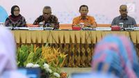 Komisioner KPU, Pranomo Ubaid Tanthowi (ketiga kiri) menyampaikan Uji Publik Rancangan Peraturan KPU terkait Pemilu 2019 di Jakarta, Senin (19/3). Uji Publik diikuti perwakilan dari partai poltik peserta Pemilu 2019. (Liputan6.com/Helmi Fithriansyah)