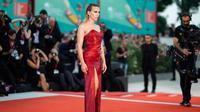 Scarlett Johansson berpose saat menghadiri pemutaran perdana film 'Marriage Story' di Venice Film Festival 2019, Italia, Kamis (29/8/2019). Bintang The Avengers itu memamerkan tato di punggungnya yang berbalut gaun merah berkilau. (Photo by Arthur Mola/Invision/AP)