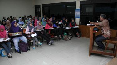 Para mengikuti kegiatan perkuliahan di Fakultas Ilmu Sosial, Universitas Negeri Jakarta, (17/9/14). (Liputan6.com/Faizal Fanani)