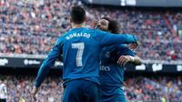 Striker Real Madrid, Cristiano Ronaldo, merayakan gol yang dicetaknya ke gawang Valencia bersama Marcelo dalam lanjutan laga La Liga 2017-2018 di Stadion Mestalla, Sabtu (27/1/2018). (Twitter Real Madrid)
