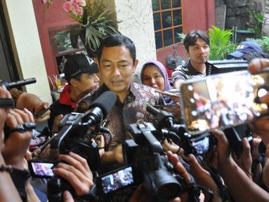 Wali Kota Semarang, Hendrar Prihadi memberikan respon terkait kontroversi pernyataannya yang ditulis di berbagai media terkait jalan tol di Rumah Makan Selasih Semarang, Senin (4/2). (Liputan6.com/Gholib)