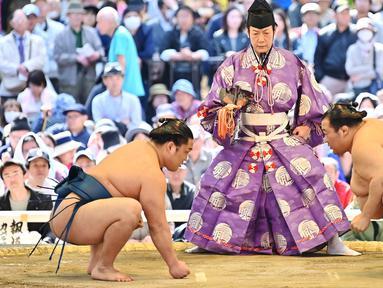 Pegulat sumo bersiap untuk bertanding dalam turnamen Honozumo di Kuil Yasukuni, Tokyo, Jepang, 15 April 2019. Turnamen seremonial ini diikuti oleh para jawara sumo. (TRIBALLEAU CHARLY/AFP)
