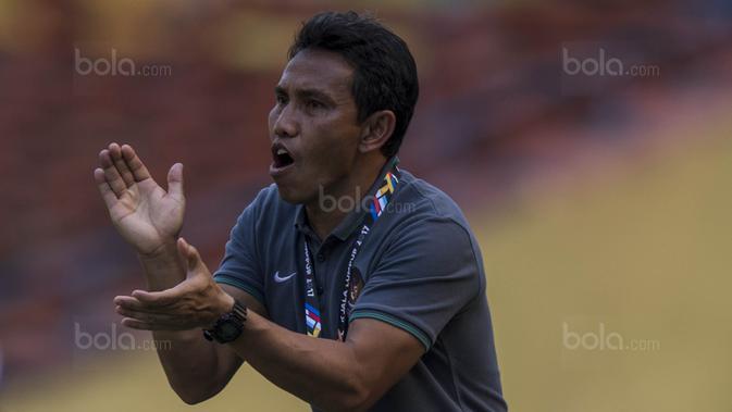 Asisten pelatih Timnas Indonesia, Bima Sakti, memberikan instruksi saat melawan Kamboja pada laga SEA Games di Stadion Shah Alam, Selangor, Kamis (24/8/2017). (Bola.com/Vitalis Yogi Trisna)