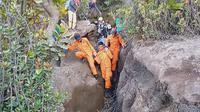 Proses evakuasi pendaki yang meninggal dunia, Selasa (20/8/2019). (Liputan6.com/Dok Basarnas Jambi)