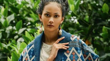 Pemilik nama lengkap Kharisma Aura Islami ini tampil anggun dengan riaasan wajaah tipis dan tampak natural. Pakai kain etnik berwarna biru, wanita 21 tahun ini mengawali karier sebagai model. (Liputan6.com/IG/@aurrakharishma)