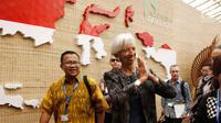 Managing Director IMF Christine Lagarde menyapa pengunjung saat berkunjung ke Paviliun Indonesia di arena pertemuan IMF-Bank Dunia, Bali, Rabu (10/10). (Liputan6.com/Angga Yuniar)