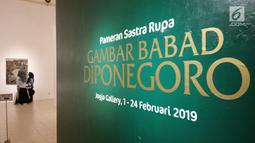 Pengunjung melihat lukisan saat acara pameran gambar Babad Diponegoro di Museum Jogja Galeri, Yogyakarta,  Minggu (10/2). Babad Diponegoro merupakan naskah yang dibuat sendiri Pangeran Diponegoro saat diasingkan di Manado, 1831-1832. (Liputan6.com/Gholib)