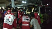 Petugas PMI tengah menolong korban kecelakaan bus di Sukabumi. (Liputan6.com/Mulvi Muhammad)