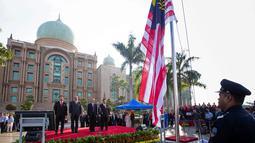 Perdana Menteri Malaysia yang baru, Mahathir Mohamad (ketiga kiri) berdiri bersama Perdana Menteri Malaysia yang baru, Mahathir Mohamad saat pertemuan bulanan pertamanya di Putrajaya, Malaysia (21/5). (AP/Vincent Thian)