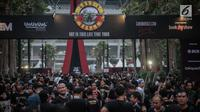 """Ribuan fans Konser Guns N' Roses padati Stadion Gelora Bung Karno, Jakarta, Kamis (8/11). Konser Guns N Roses bertajuk """"Not In This Lifetime"""" ini akan berlangsung sekitar tiga jam. (Liputan6.com/Faizal Fanani)"""